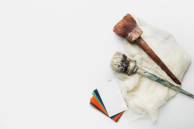 Kleurenpalet met tinten verf en penselen op een wit