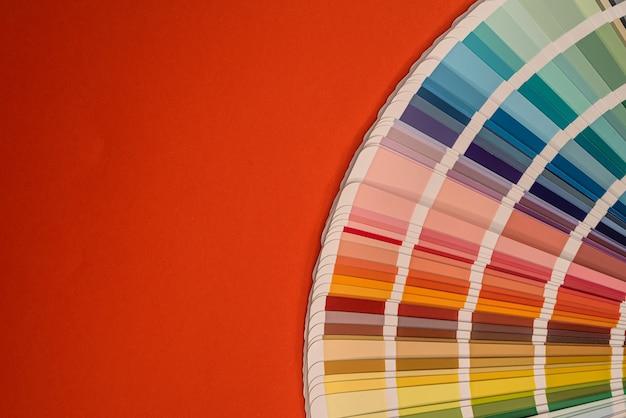 Kleurenpaletmonsters geïsoleerd op rode achtergrond, ontwerpconcept