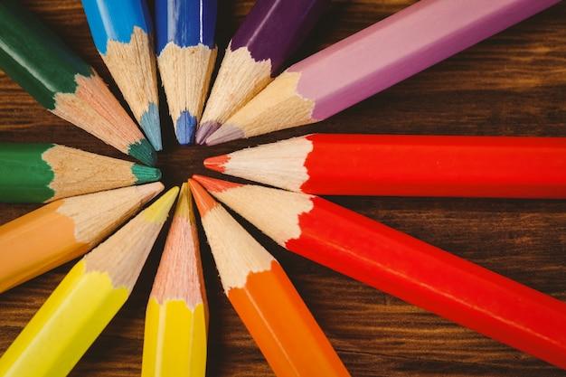 Kleurenpotloden op bureau in cirkelvorm