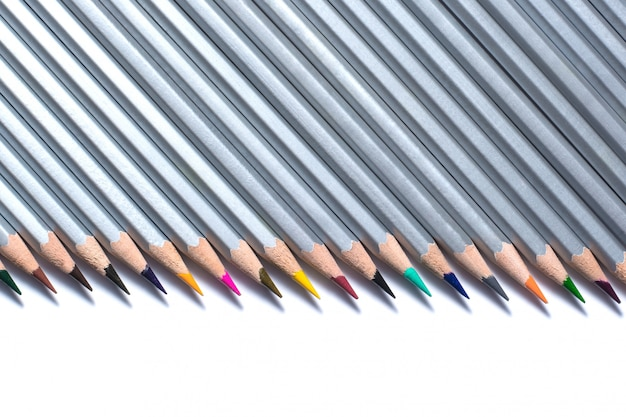Kleurenpotloden op een witte achtergrond worden geïsoleerd die