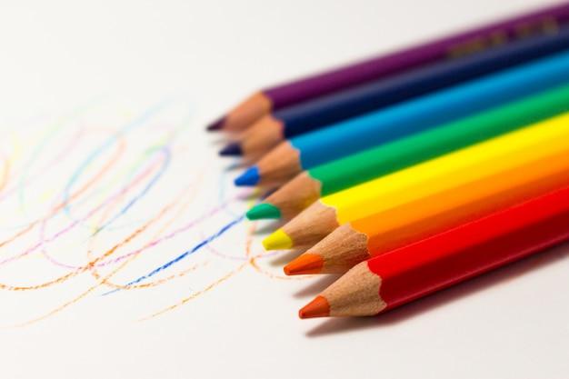 Kleurenpotloden op witte achtergrond. regenboog potloden