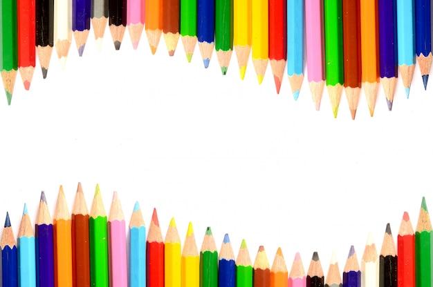 Kleurenpotloden op witte dichte omhooggaand worden geïsoleerd die als achtergrond
