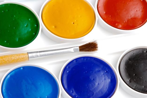 Kleurenpotloden over een witte achtergrond