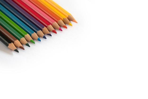 Kleurenpotlood op witte achtergrond wordt geïsoleerd die.