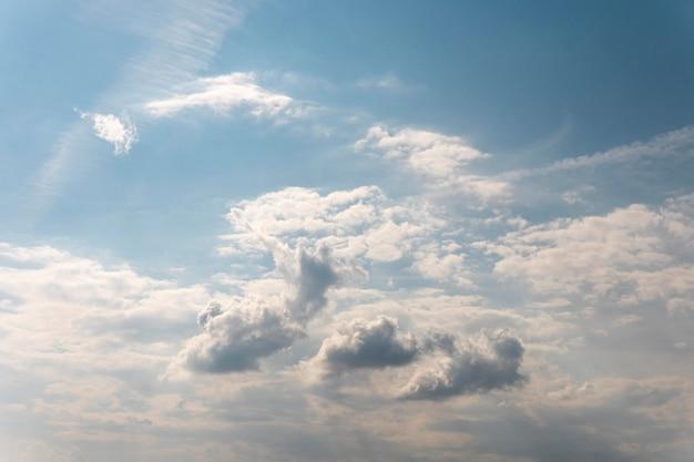 Kleurovergang blauwe hemel met witte wolken