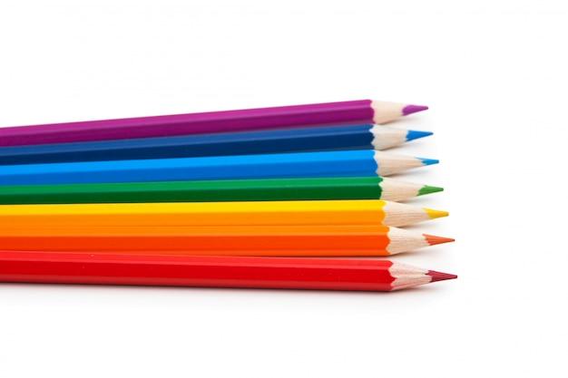 Kleurpotloden die op een witte achtergrond worden geïsoleerd