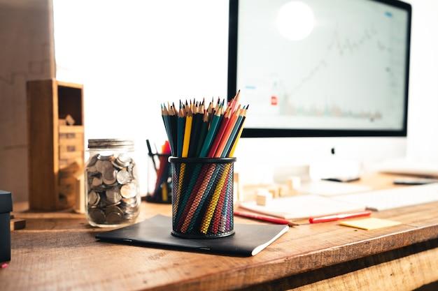 Kleurpotloden dozen op het houten bureau thuis