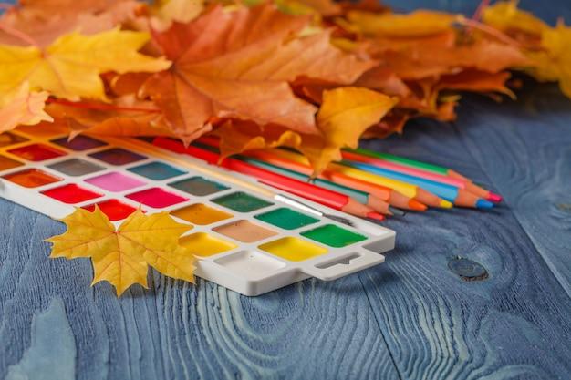 Kleurpotloden en blad