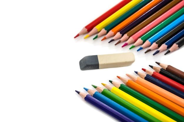 Kleurpotloden en een gum op een wit oppervlak