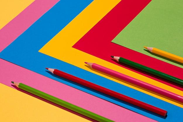 Kleurpotloden en gekleurd papier