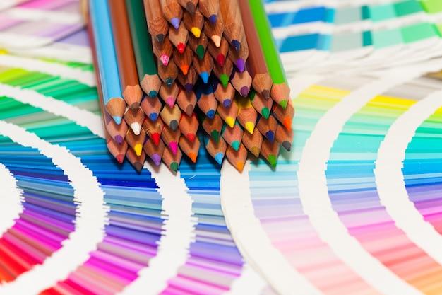Kleurpotloden en kleurenkaart van alle kleuren
