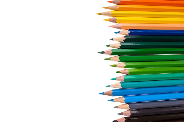 Kleurpotloden geïsoleerd op een witte achtergrond