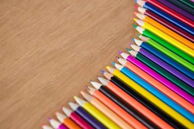 Kleurpotloden gerangschikt in diagonale lijn