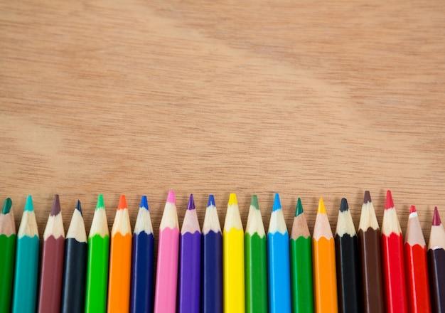 Kleurpotloden gerangschikt in een rij