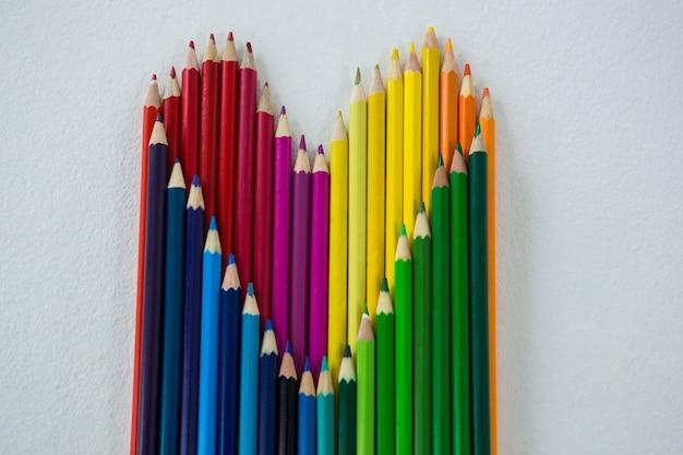 Kleurpotloden gerangschikt in hartvorm
