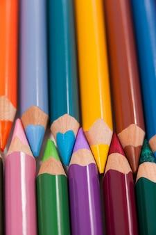 Kleurpotloden gerangschikt in koppelingspatroon