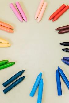 Kleurpotloden in cirkel op lichte achtergrond