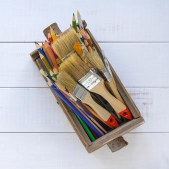 Kleurpotloden in een houten doos