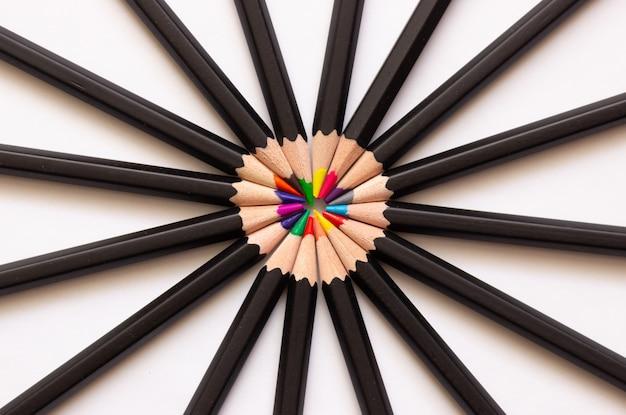 Kleurpotloden om in een cirkel gevouwen te tekenen