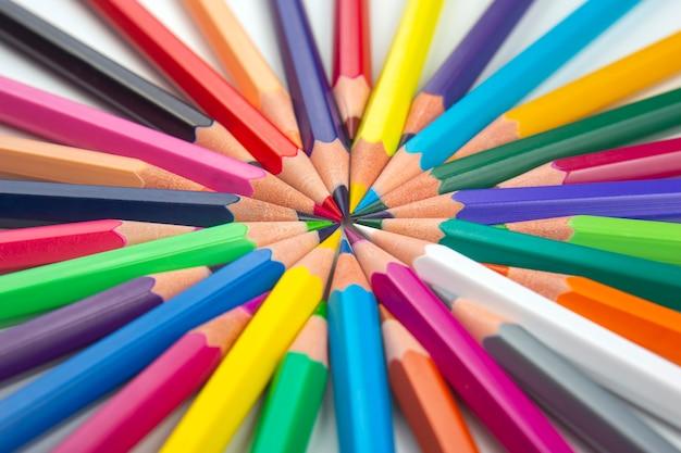 Kleurpotloden om te tekenen. onderwijs en creativiteit.