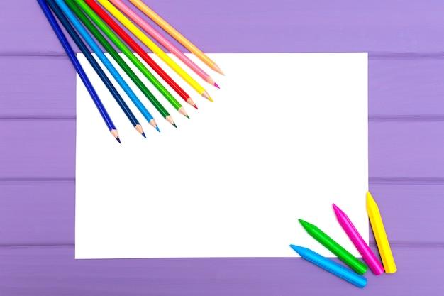 Kleurpotloden op een wit vel papier