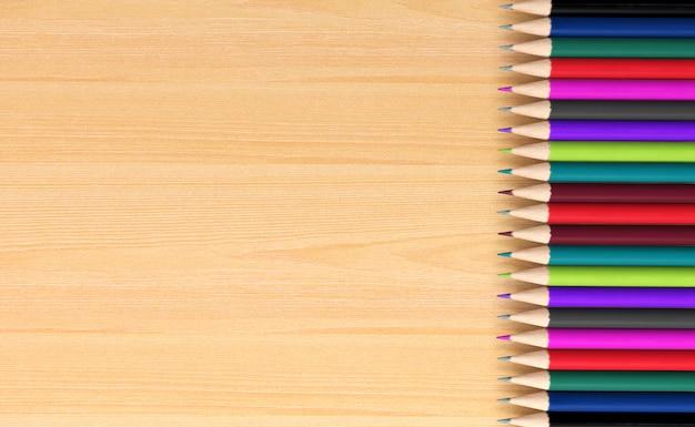Kleurpotloden op houten raad, het 3d teruggeven
