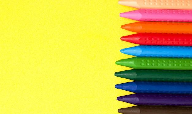 Kleurpotloden van verschillende kleuren .. het concept van kinderspelen en tekenen.