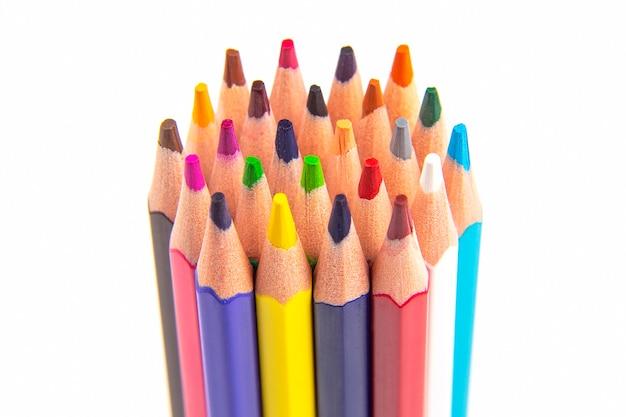 Kleurpotloden voor tekenen op een witte achtergrond. onderwijs en creativiteit. vrije tijd en kunst