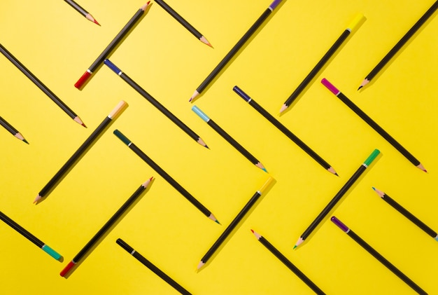 Kleurpotloden zijn grafisch weergegeven op geel