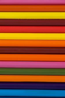 Kleurpotlood in een rij gerangschikt