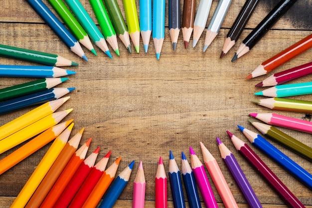 Kleurpotlood op hout achtergrond, terug naar school-concept