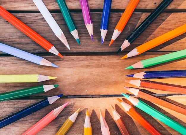 Kleurpotlood op houten tafel