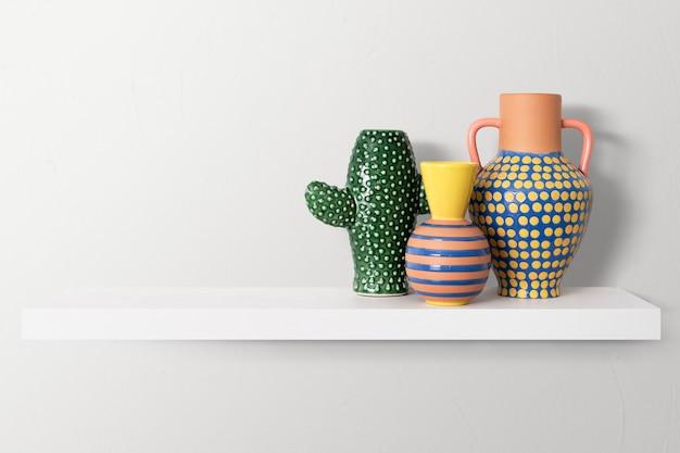 Kleurrijk aardewerk op een plank home decor