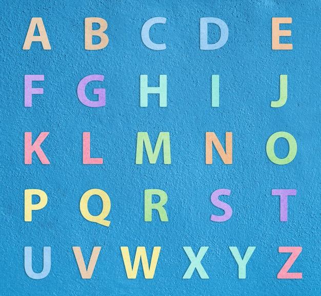 Kleurrijk alfabet a tot z op blauwe achtergrond