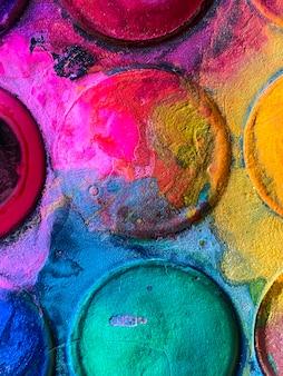 Kleurrijk aquarelverfpalet in vuile cirkels