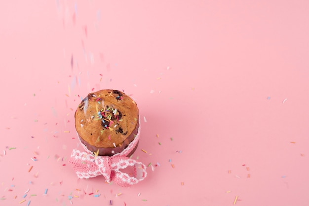 Kleurrijk bestrooit vallend op pasen-cake