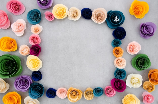 Kleurrijk bloemenframe op cementachtergrond