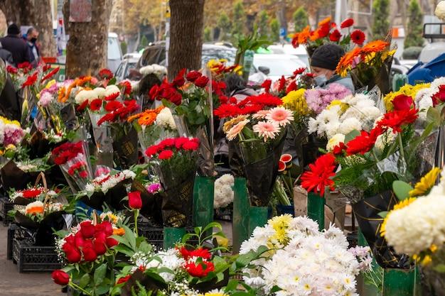 Kleurrijk boeket van bloeiende bloemen in openluchtmarkt, tbilisi
