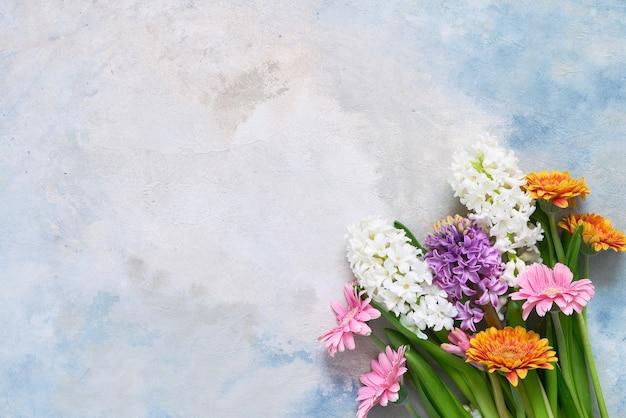Kleurrijk boeket van gerbera's en hyacinten bloemen