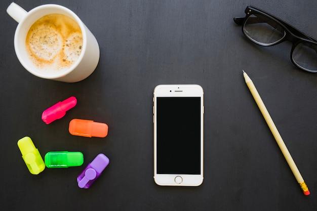 Kleurrijk bureau met telefoon