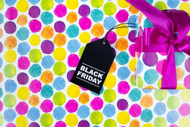 Kleurrijk cadeau met tag op kleurrijke achtergrond