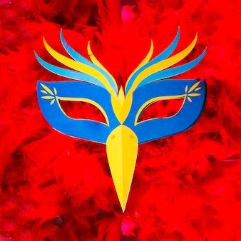 Kleurrijk carnaval-masker op veren