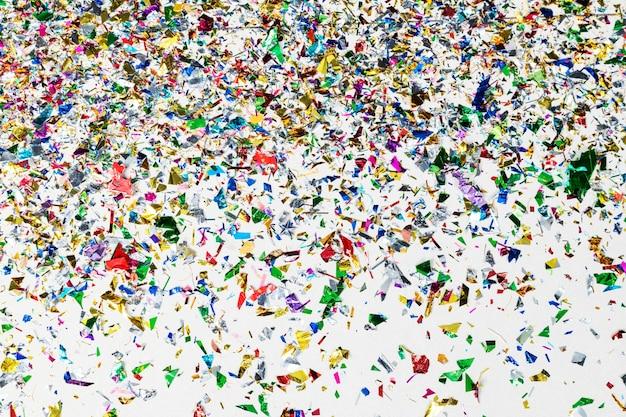 Kleurrijk confettipatroon op een grijs behang
