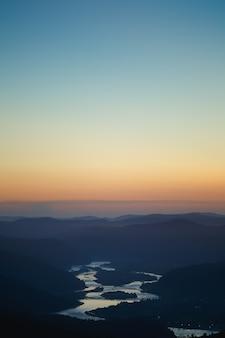 Kleurrijk de zomerlandschap in de siberische bergen. zonsondergang