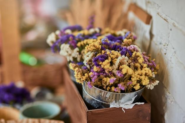 Kleurrijk droogbloemenboeket in emmer