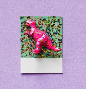 Kleurrijk en schattig miniatuur dinosaurusfiguur Gratis Foto