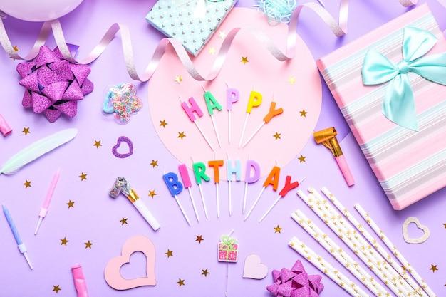 Kleurrijk feest met verschillende feestconfetti, ballonnen, geschenken en decoratie op lila