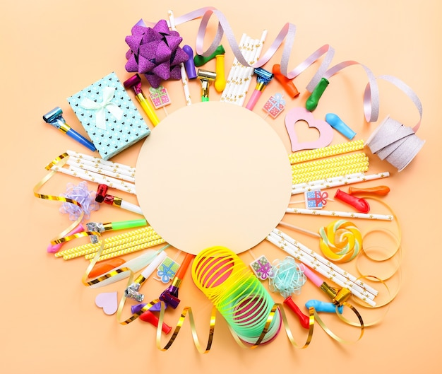Kleurrijk feest met verschillende partij confetti, ballonnen, slingers, geschenken en decoratie op kleur.