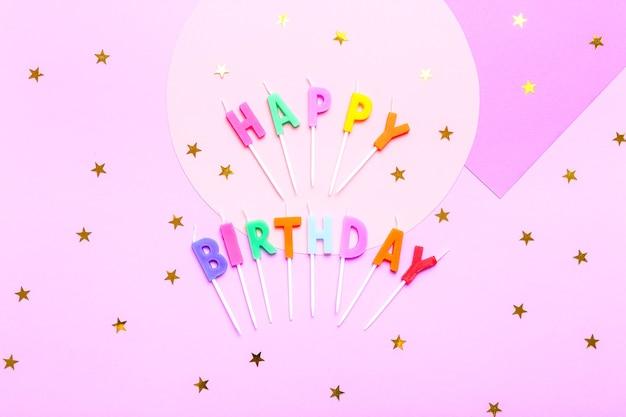 Kleurrijk feest met verschillende partijconfetti, ballonnen, slingers, vuurwerk en decoratie op roze.
