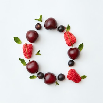 Kleurrijk fruitpatroon van het engelse alfabet letter q van natuurlijke rijpe bessen - zwarte bes